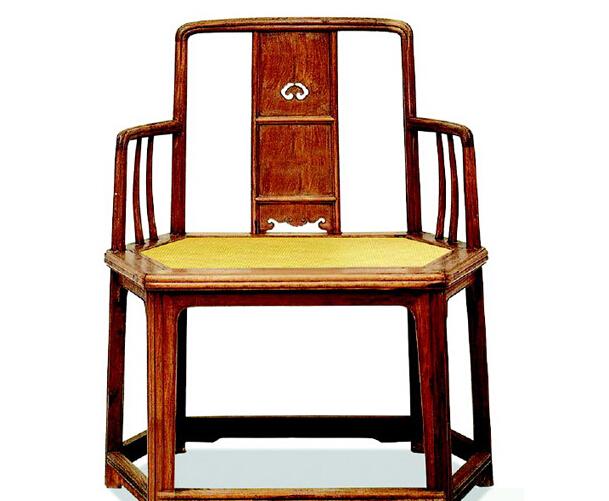 """""""苏作""""家具在明式家具中占很大比重,是宋代家具艺术的代表。明代""""苏作""""家具制作讲究,用材实在,造型大方、简练,结构科学,精于选材配料。进入清代,随着社会风气的变化,""""苏作""""家具开始向繁琐和华而不实的方向转变,并由于木料奇缺,""""苏作""""工匠大多惜木如金,精打细算。这和""""广作""""家具用料厚重截然不同。"""