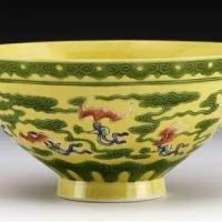 景德镇窑粉彩蝠桃纹橄榄瓶的型纹赏读